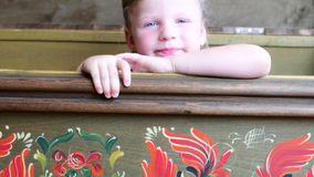 Mała dziewczynka pojawiać się w rocznik klatki piersiowej dziewczyny Ślicznego małego spojrzenie out od rocznik klatki piersiowej zbiory