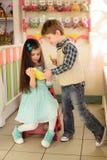 Mała dziewczynka pokazuje chłopiec dlaczego używać pastylkę Fotografia Royalty Free