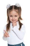 Mała dziewczynka pokazuje jej palec strona fotografia stock