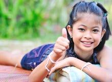 Mała dziewczynka pokazuje ok z ręką. Zdjęcie Royalty Free