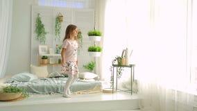 Mała dziewczynka pokazuje pokój i ono uśmiecha się zbiory wideo