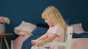 Mała dziewczynka pokazuje pokój i ono uśmiecha się zbiory
