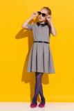 Mała dziewczynka pozuje w okularach przeciwsłonecznych Obraz Stock