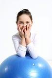 Mała dziewczynka pozuje z piłką Zdjęcie Royalty Free