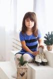 Mała dziewczynka próbuje na wielkim jazda na łyżwach zdjęcie royalty free