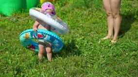 Mała Dziewczynka Próbuje Pływający okrąg zbiory