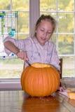 Mała dziewczynka pracuje na rzeźbić dźwigarki o lampion zdjęcia royalty free