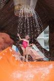 Mała dziewczynka przed wodny parkowy wodnego obruszenia pozować Zdjęcie Royalty Free