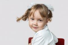 Mała dziewczynka przekręca jej głowę Zdjęcie Royalty Free