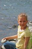 Mała dziewczynka przez rzekę Obrazy Royalty Free