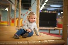 Mała dziewczynka przy boiskiem obraz stock