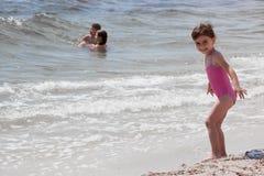 Mała dziewczynka przy dennym brzeg Obraz Royalty Free