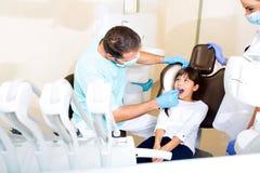 Mała Dziewczynka przy dentystą obrazy royalty free