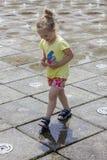 Mała dziewczynka przy fontannami zdjęcia royalty free