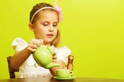 Mała dziewczynka przy herbacianym przyjęciem zdjęcia stock