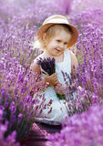 Mała dziewczynka przy lawendy polem fotografia stock