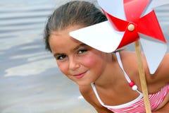 Mała dziewczynka przy plażą obraz royalty free