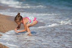 Mała dziewczynka przy plażą Obrazy Royalty Free