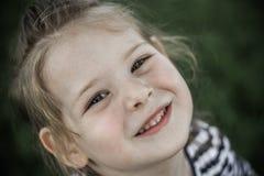 Mała Dziewczynka przy Zielonym parkiem obrazy royalty free