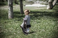 Mała Dziewczynka przy Zielonym parkiem obraz stock