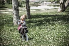 Mała Dziewczynka przy Zielonym parkiem fotografia stock