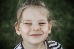 Mała Dziewczynka przy Zielonym parkiem obrazy stock