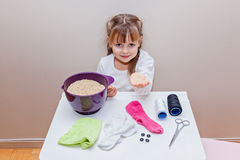 Mała dziewczynka przygotowywająca robić handcraft zabawkarskiego bałwanu Fotografia Stock