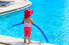 Mała dziewczynka przygotowywająca skakać w basen z kluski Zdjęcia Stock