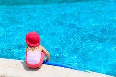 Mała dziewczynka przygotowywająca skakać w basen z kluski Obrazy Stock