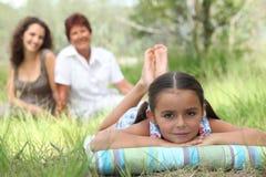 Mała dziewczynka relaksuje w parku zdjęcie stock