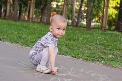 mała dziewczynka remisów kreda obraz stock
