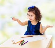 Mała dziewczynka remisy przy stołem z ołówkami Fotografia Royalty Free