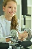 Mała dziewczynka robi ćwiczeniom Zdjęcie Royalty Free