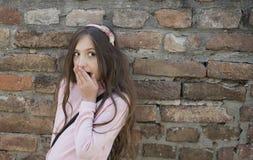 Mała dziewczynka robi śmiesznej zdziwionej twarzy zdjęcia stock