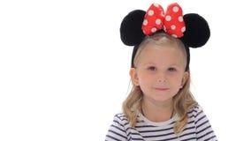 Mała dziewczynka robi cisza gestowi zbiory