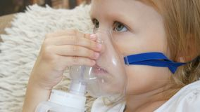 Mała dziewczynka robi inhalacji z nebulizer w domu dziecko astmy inhalatoru nebulizer kontrpary choroby kasłania inhalacyjny poję zbiory wideo