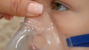 Mała dziewczynka robi inhalacji z nebulizer w domu dziecko astmy inhalatoru nebulizer kontrpary choroby kasłania inhalacyjny poję zbiory