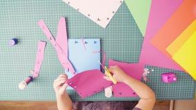 Mała dziewczynka rozcięcie barwiący papier z nożycami zdjęcie wideo