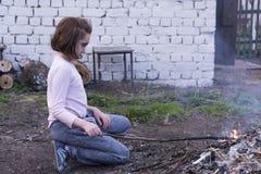 Mała dziewczynka rozognia ogienia obrazy stock