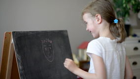Mała dziewczynka rysuje śmieszną twarz zbiory wideo