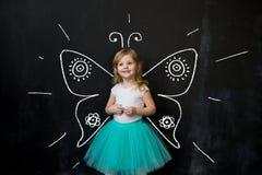 mała dziewczynka rysuje księżyc i gra główna rolę na blackboard Fotografia Royalty Free