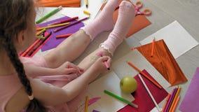 Mała dziewczynka rysuje na jej ciekach z porad piórami, dziecko twórczość, rozwój zdjęcie wideo