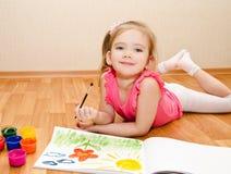 Mała dziewczynka rysunek z farbą Obrazy Stock