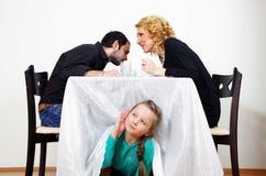 Mała dziewczynka słucha dorosli sekrety zdjęcia stock