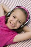 Mała Dziewczynka Słucha muzyka fotografia royalty free