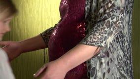 Mała dziewczynka słucha podbrzusze zdjęcie wideo