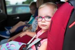 Mała dziewczynka sadza w samochodzie w szkłach Zdjęcia Royalty Free