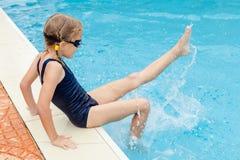 Mała dziewczynka siedzi blisko pływackiego basenu Obraz Stock