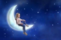 Mała dziewczynka siedzi na księżyc Zdjęcia Stock