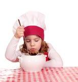 Mała dziewczynka smaku polewka Zdjęcia Royalty Free